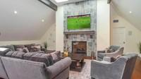 Salah satu sudut ruangan lain yang tidak terlalu luas tapi memberi kesan hangat. (Foto: Homes and Property)