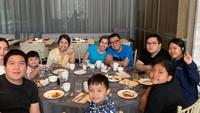 <p>Saat <em>staycation</em>, Helmy Yahya dan keluarga lebih banyak mengobrol, olahraga, dan makan-makan. Menariknya, mereka kompak tidak membuka ponsel jika tidak ada keperluan yang mendesak. (Foto: Instagram @febri.sjofjan)</p>