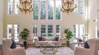 Ada beberapa jendela besar di ruang tamu yang luas dengan desain megah. (Foto: Homes and Property)