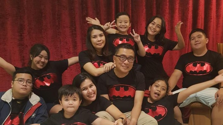 <p>Nah untuk urusan kekompakan, keluarga Helmy Yahya bisa jadi inspirasi. Salah satunya menggunakan kaus kembar. (Foto: Instagram @febri.sjofjan)</p>