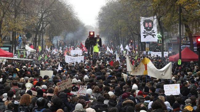 Lebih dari 500 ribu warga memenuhi jalan-jalan utama Prancis sebagai aksi mogok massal menentang kebijakan Presiden Emmanuel Macron mengubah sistem pensiun.