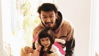 <p>Kini usia Salma sudah berusia dua tahun. Kira-kira makin mirip Ayah Rio Dewanto atau Bunda Atiqah Hasiholan ya? (Foto: Instagram @atiqahhasiholan)</p>