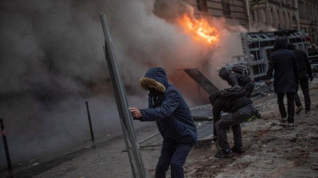 Kepolisian Prancis menangkap sekitar 90 demonstran dalam aksi unjuk rasa dan mogok massal menentang pengubahan sistem jaminan pensiun.
