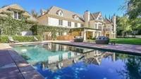 Penyanyi Avril Lavigne dan mantan suaminya, Chad Kroeger menjual rumah mewahnya di Sherman Oaks, California. Harganya pun terbilang sangat fantastis. (Foto: Homes and Property)