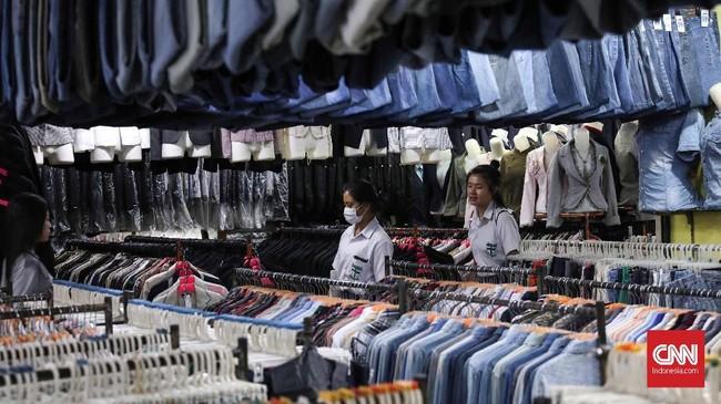 Popularitas baju bekas tak kunjung surut. Harganya yang miring dan kualitas masih layak pakai membuat baju bekas masih jadi incaran sebagian orang.