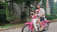 <p>Gemasnya pose Salma saat naik motor bersama Ayah Rio Dewanto (Foto: Instagram @riodewanto)</p>