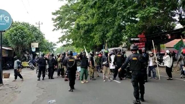 Kapolresta Surakarta AKBP Andy Rifai menyebut bentrok terjadi usai massa Dewan Syariah Kota Surakarta menggelar demo terkait isi ceramah Gus Muwafiq.