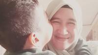 <p>Mantan istri Ustaz Abdul Somad, Mellya Juniarti cukup sering mengunggah foto kebersamaan dengan sang putra tercinta. (Foto: Instagram)</p>