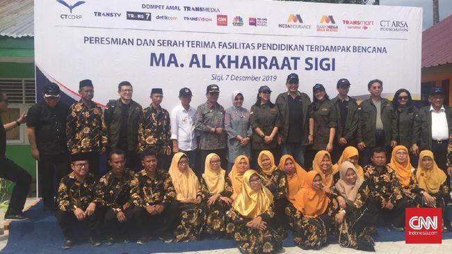 Satu tahun pascagempa bumi dan tsunami di Sulawesi Tengah, Chairul Tanjung meresmikan sembilan sekolah dan empat rumah ibadah.