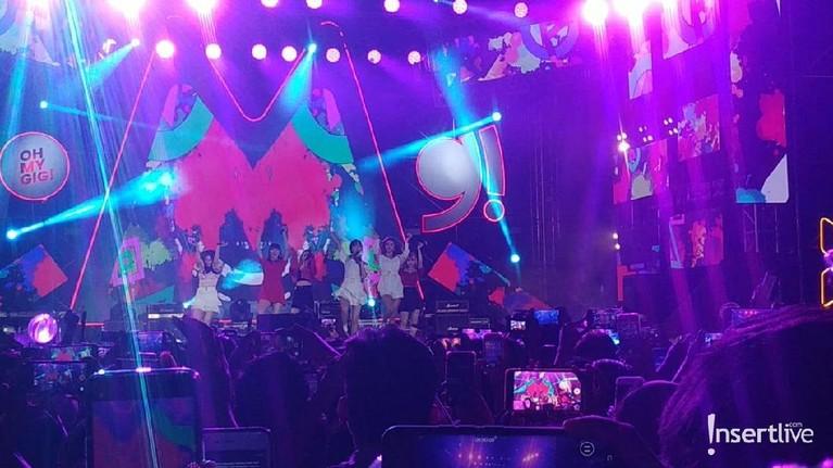 Girkband GFRIEND kembali ke Indonesia untuk menghibur penggemarnya. GFRIEND mengisi acara Oh My Gig di Parkir Timur Senayan, Jakarta, Sabtu (7/12).