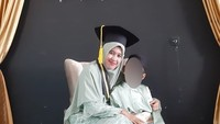 <p>Mellya Juniarti juga bisa tampil kompak bersama sang putra mengenakan baju berwarna senada. (Foto: Instagram)</p>
