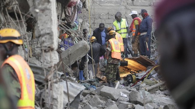 Bangunan enam lantai di Kenya roboh pada Jumat (6/12) hingga mengakibatkan beberapa orang luka.