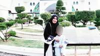 <p>Misalnya saja saat Mellya Juniarti berfoto dengan si kecil dengan latar belakang masjid. (Foto: Instagram)</p>
