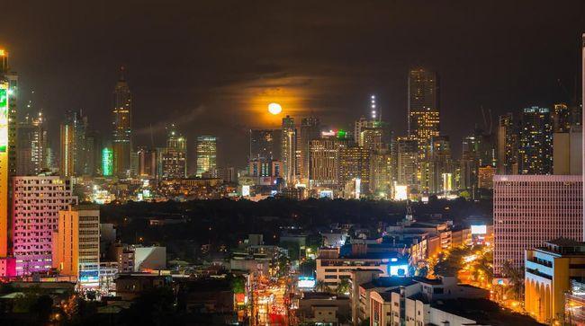 Topan dan senjata api menjadi dua tantangan selama penulis hidup di Filipina.