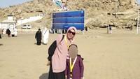 <p>Nah kalau yang ini Mellya Juniarti bersama sang putra saat berada di Tanah Suci. (Foto: Instagram)</p>