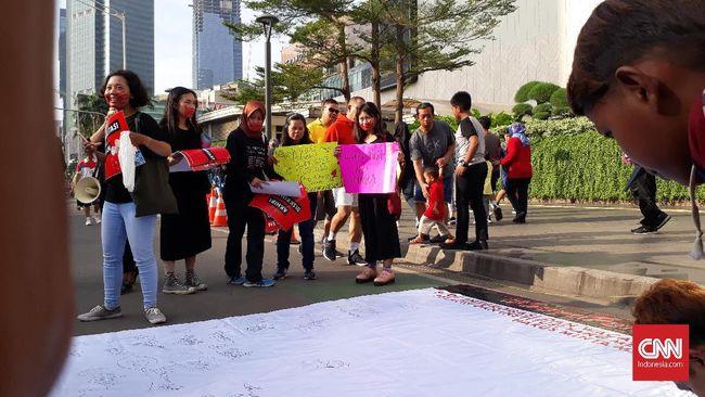 Aktivis menggelar aksi solidaritas bagi atlet senam lantai, SA (17), yang dicoret dari pelatnas SEA Games karena dituduh tak perawan.