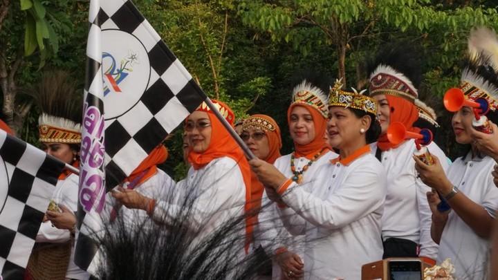 Pagi tadi, Minggu (8/12/2019) Iriana membuka acara Jalan Santai Keluarga di GBK. Iriana bergoyang bersama 20 ribu orang joget Sajojo.