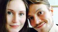 Selfie bersama sang suami. Keduanya terlihat mirip dengan suaminya ya. Sama-sama memiliki mata bulat cemerlang dan senyum yang menawan. (Foto: Instagram @sannamarin)
