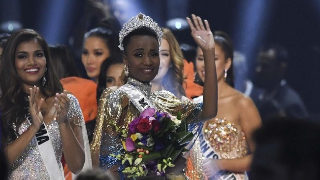 Zozibini Tunzi persembahkan mahkota Miss Universe 2019 untuk Afrika Selatan.