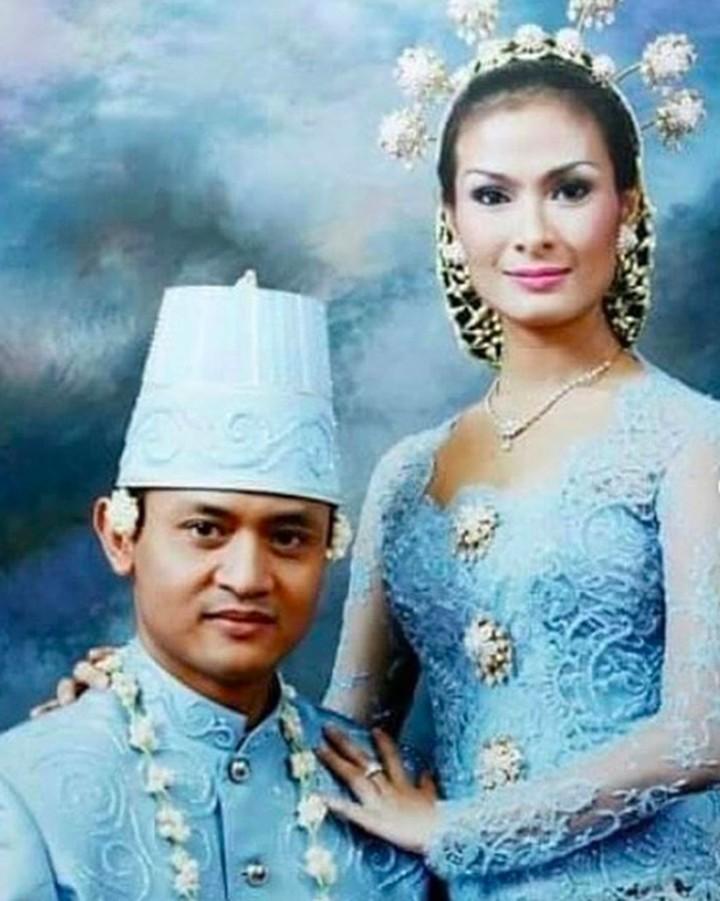 Menikah selama 18 tahun, Iis Dahlia dan Satrio Dewandon tetap mesra. Intip potret pasangan ini yuk.