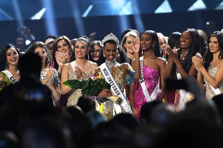 <p>Zozibini Tunzi asal Afrika Selatan terpilih menjadi Miss Universe 2019 mengalahkan 89 kontestan dari berbagai negara di dunia. (Foto: Paras Griffin/Getty Images</p>