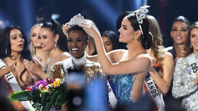 Miss South Africa Zozibini Tunzi berhasil menyabet mahkota kemenangan Miss Universe 2019.