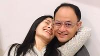 <p>Bersandar mesra di dada suami ala Iis Dahlia. (Foto: Instagram/ @isdadahlia)</p>