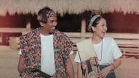 <p>Pasangan pengantin baru ini terlihat serasi dengan kain tradisional khas Sumba. Duh, bikin baper abis ya! (Foto: Instagram @glennfredly309)</p>