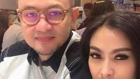"""<p>""""Jawabannya iya, dia adalah salah satu crew yang aktif namun jika ada yang ingin ditanyakan lebih dari itu silahkan hubungi pihak berwenang dal hal ini Garuda Indonesia karena bukan kapasitas saya sebagai istri dari suami saya untuk menjawab,""""kata Iis di Instagramnya.(Foto: Instagram/ @isdadahlia)</p>"""
