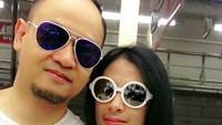 <p>Sama-sama pakai kacamata hitam, pasangan ini makin kompak kecenya. (Foto: Instagram/ @isdadahlia)</p>