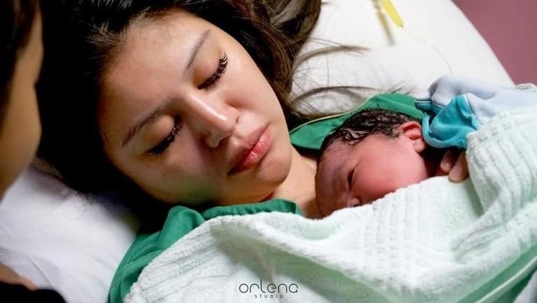 Potret pertama Ariska Putri menyusui sang putri kecilnya ketika baru lahir.