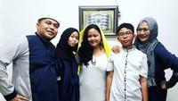 <p>Potret kebersamaan keluarga Denny saat Idul Fitri. (Foto: Instagram @orinoriana)</p>