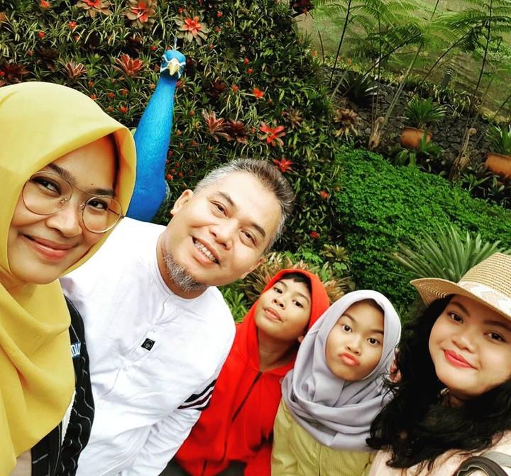 <p>Komedian Denny Chandra adalah ayah tiga anak. Ia memiliki dua anak perempuan dan satu anak laki-laki, Bun. (Foto: Instagram @dennych)</p>