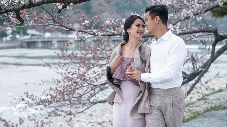 Jarang terekspos aktor tampan, Dion Wiyoko, memiliki seorang istri yang merupakan seorang pramugari.