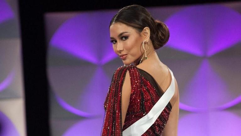 Pesona Frederika Alexis Cull saat di panggung Miss Universe 2019. Frederika tampil cantik dan anggun dalam balutan busana karya Tex Saverio.