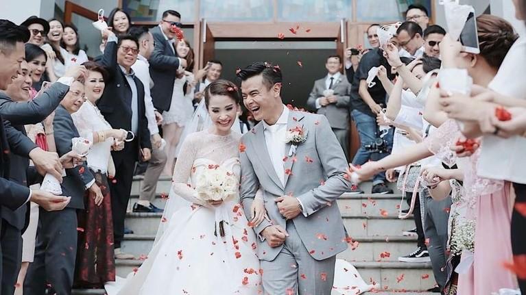 Dion Wiyoko sendiri resmi menikahi sang istri, Fiona Anthony, pada 1 September 2017 lalu. Mereka menggelar pernikahan di Bali.