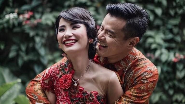 Potret Dion dan Fiona saat melakukan prosesi lamaran di Bandar Surabaya. Keduanya terlihat kompak dengan balutan pakaian berwarna merah