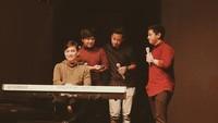 <p>Tidak hanya manggung dengan Arsy, Yovie juga sempat tampil bersama anak-anak seusia putranya, seperti grup band HiVi. (Foto: Instagram @arsywidianto)</p>