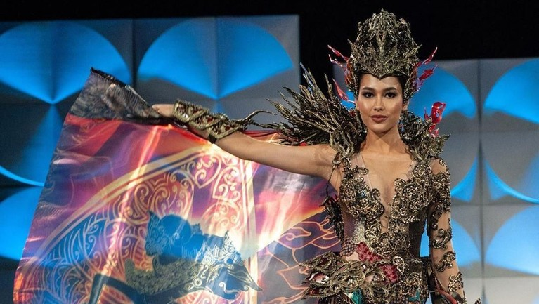 Frederika Alexis Cull tampil menggunakan kostum nasional di panggung grand final Miss Universe yang digelar di Tyler Perry Studio di Atlanta, Amerika Serikat, Minggu (8/12) lalu. Frederika mengenakan kostum nasional rancangan Mayaratih Couture.