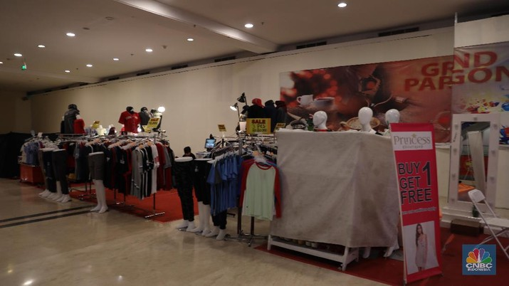Fenomena mall sepi di Ibu Kota Jakarta belakangan ini kembali ramai diperbincangkan. Pasalnya, banyak pusat perbelanjaan yang berlokasi di tengah kota justru sepi dari pengunjung. Mal Grand Paragon adalah salah satunya. Lokasi yang strategis tidak lantas membuat mal yang berdempetan dengan hotel dengan nama sama itu ramai dikunjungi. Mal Grand Paragon yang terletak di Jalan Gajah Mada tepat di sebrang Halte Transjakarta Mangga Besar. Dari pantauan CNBC Indonesia dilokasi masih terdapat toko toko di Mal Grand Paragon yang didatangi seperti Ace Hardware dan bazar pakain. Pihak penjaga (securty) yabg tidak mau disebutkan namanya menjelaskan