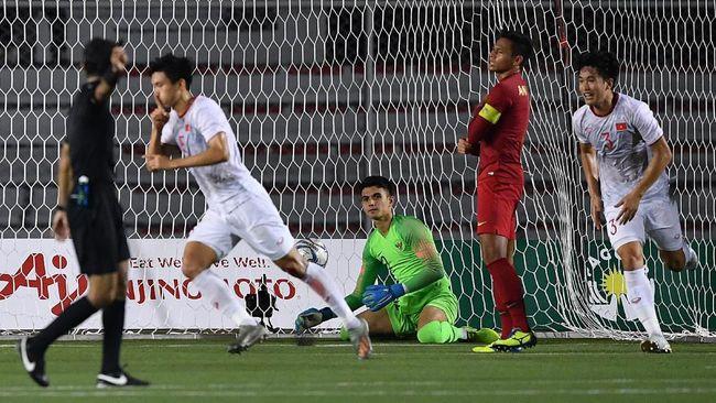Detik-detik tekel horor bek Vietnam, Doan Van Hau, terhadap Evan Dimas saat Indonesia dibantai Vietnam 0-3 di final SEA Games 2019.