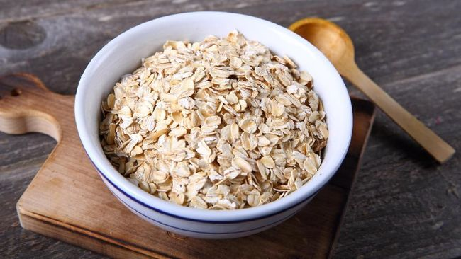 Beberapa jenis makanan dan minuman punya kandungan tertentu yang bisa membantu Anda menurunkan atau mengontrol kadar kolesterol dalam tubuh.