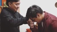 <p>Setiap akan manggung, sang anak selalu meminta restu darinya. (Foto: Instagram @arsywidianto)</p>
