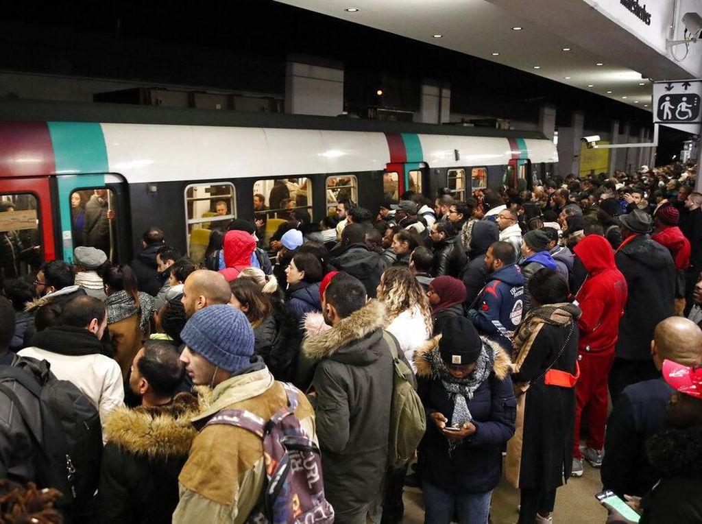 Ada Mogok Kerja Massal, Warga Menumpuk di Stasiun Kereta Paris