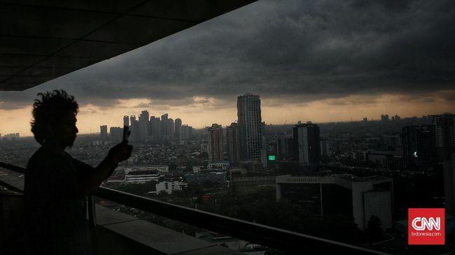 BPBD DKI Jakarta menyatakan cuaca ekstrem berupa hujan disertai petir dan angin melanda Jakarta ingga 15 April.