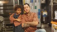Daniel beberapa kali mengajak anaknya ikut ke dapur, tempat ia bekerja. Keren nih, Daniel sengaja menggunakan seragam senada dengan anaknya. (Foto: Instagram @danielschuldtz)
