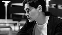 <p>Foto hitam putih ini menjadi bukti karisma dan gantengnya Tyo Nugros. (Foto: Instagram @realnugros)</p>