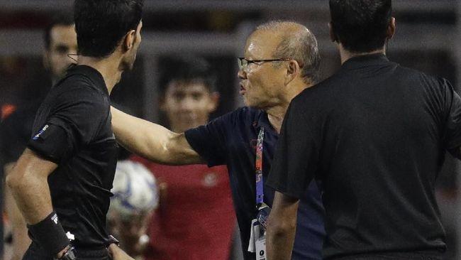 Pelatih timnas Vietnam, Park Hang Seo dijatuhi sanksi larangan mendampingi tim dan denda akibat insiden awan Timnas Indonesia U-23 di final SEA Games 2019.