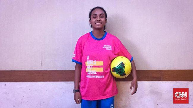 Perempuan diangggap tak pantas bermain sepak bola. Ejekan dan keraguan jadi hal yang biasa bagi Yanti Selan, remaja NTT yang bermimpi jadi pemain sepak bola.