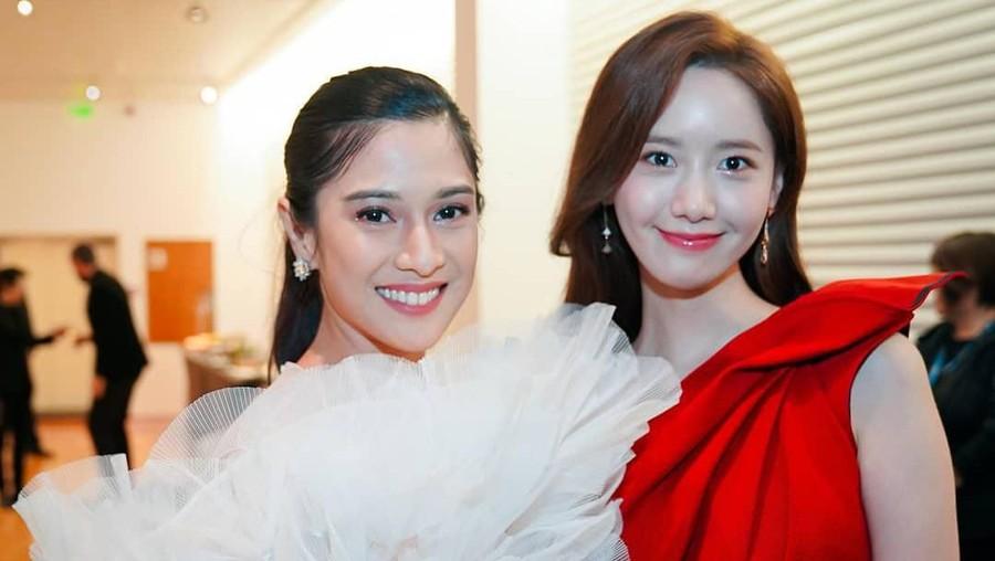 Heboh Dian Sastro Foto Bareng Yoona SNSD, Netizen: Kembar